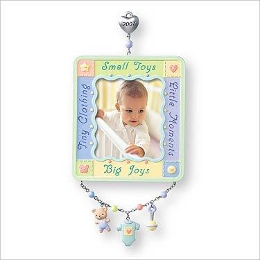 Hallmark Keepsake Ornament – Baby's First Christmas Photo Holder 2007 (QXG6099)